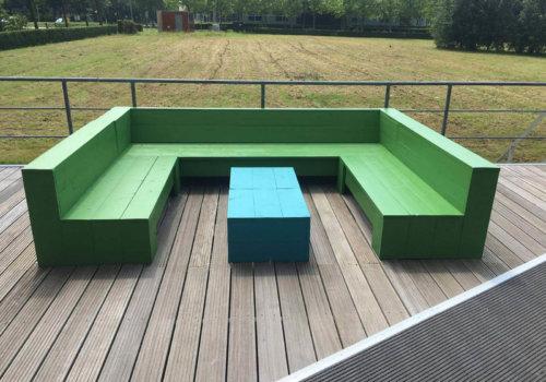 Loungebank in steigerhout voor bedrijfsterras