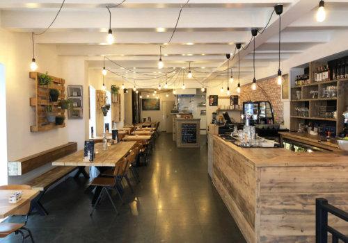 Projectinrichting brasserie in steigerhout