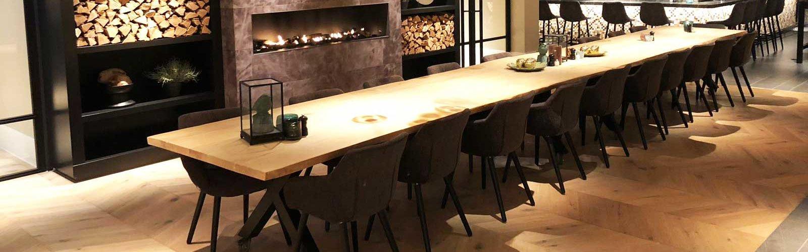Projectinrichting met X poot industriele steigerhouten tafel