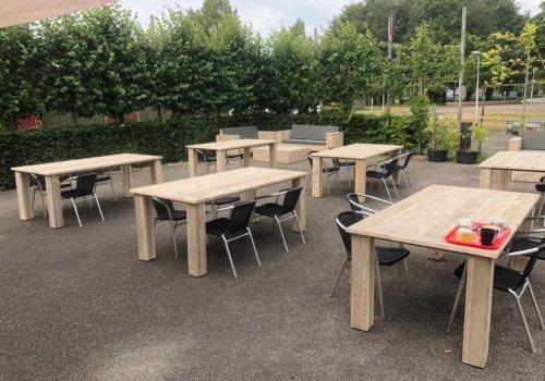 Steigerhouten tafels bedrijf terras