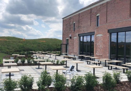 Steigerhouten industriele tafels voor brouwerij