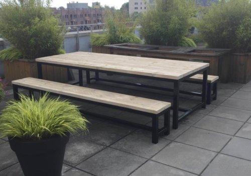 Inrichting terras industriele steigerhouten meubelen