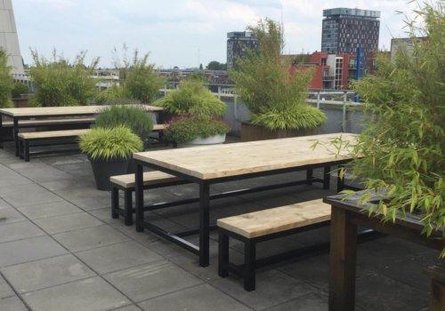 Terrassen voor bedrijf met industriele meubelen