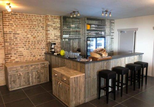 Interieur steigerhout voor bar in bed en breakfast