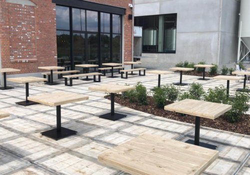 Vierkante industriele tafels in steigerhout voor buitenterras