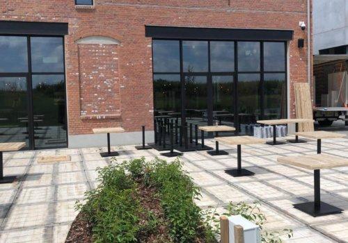 Steigerhouten tafels met metalen onderstel voor horeca