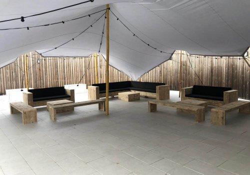 Buitenterras met steigerhouten loungebanken