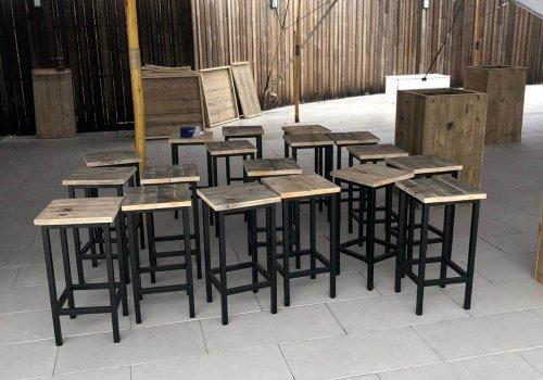 Industriele barkrukken in steigerhout voor buitenterras