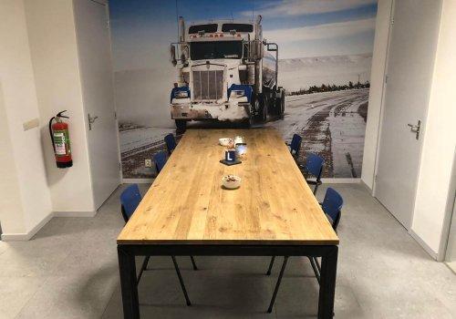 Industriele steigerhouten vergadertafel