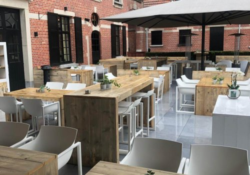 Overzicht terras met steigerhouten tafels