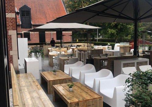 Steigerhouten loungebank op het terras bij de Hemelhoeve