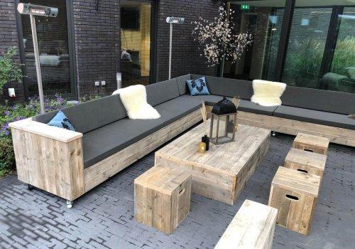 Inrichting hotelterras met steigerhouten loungesets