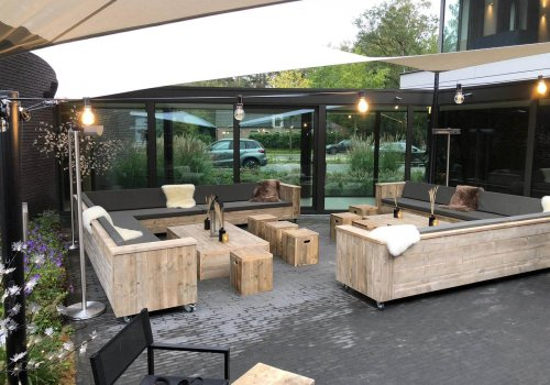 Meubels van steigerhout buitenterras hotel